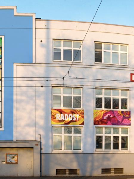 Aktuální podoba fasády střediska s vizualizací vitráže Vzkříšení